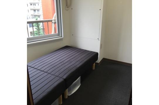ベッド下のスペースも収納として、余すことなく活用
