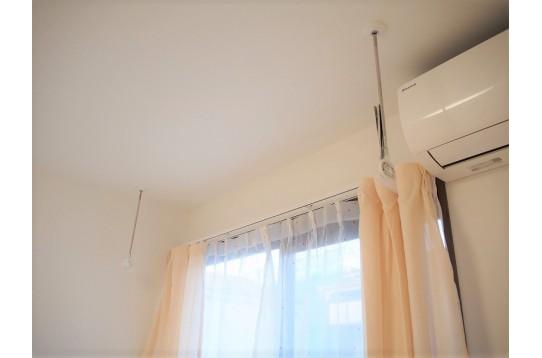 室内に物干しスペースあり、除湿器完備