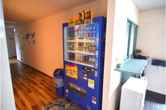 玄関には自動販売機が1台あります