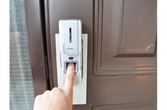 玄関は指紋認証錠なのでセキュリティも万全