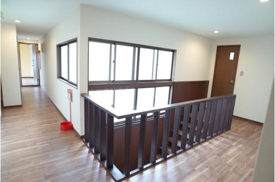 採光十分な広い2階廊下