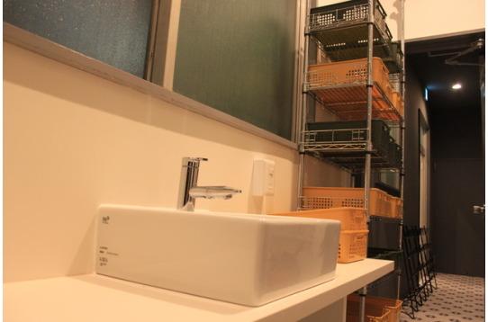 シャワー室前には、シャンプーなども収納可能