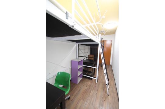 お部屋その2 デスクと椅子、収納がついております。