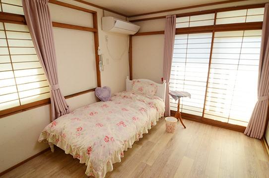こちらは窓が二面ついたお部屋です