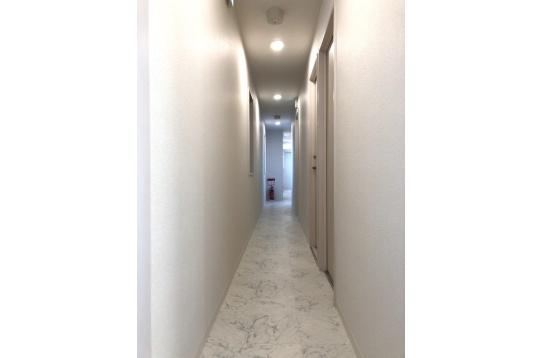 廊下は大理石