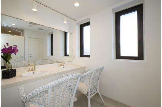 大きな鏡のある洗面室。