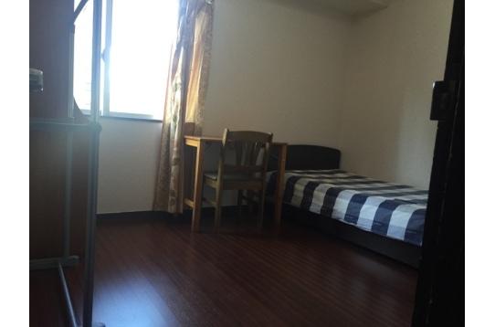 6畳部屋、シングルベッド、大きい窓、クローゼット