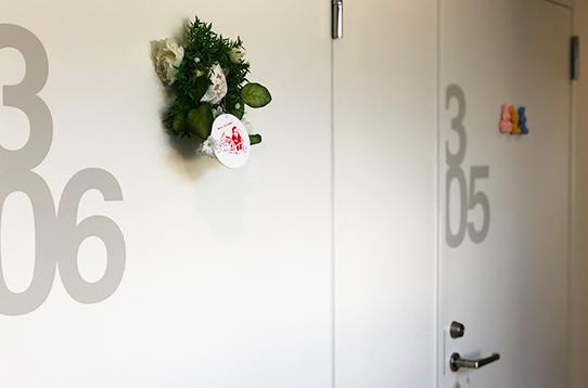 お部屋番号は扉にデザインされてます