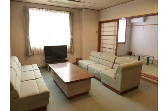 大型テレビ完備の談話室。奥には和室もございます。