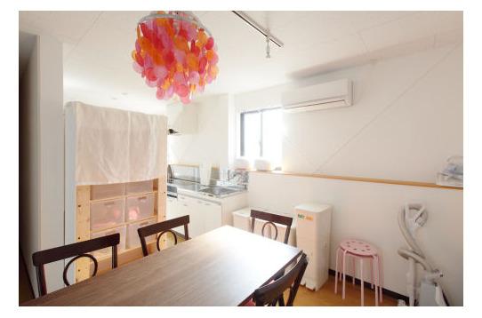 食堂、奥がキッチン、IHのコンロ