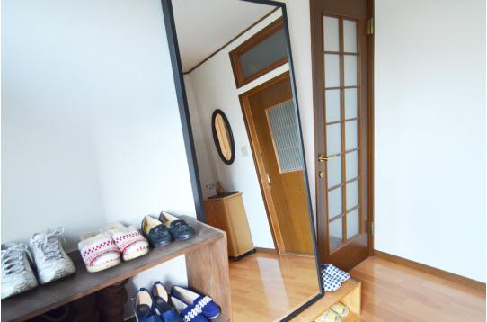 玄関には大きな鏡も用意されています