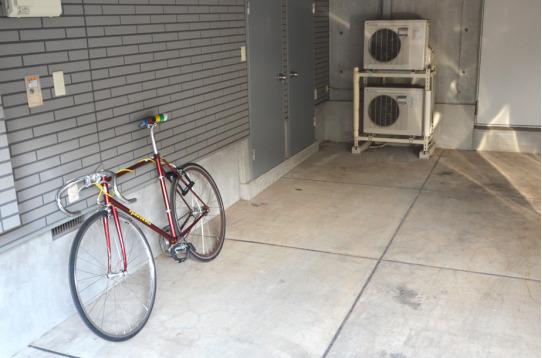 屋根付きの贅沢な駐輪場はバイクもOK!