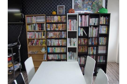 ラウンジの本棚。自由に読んでください。