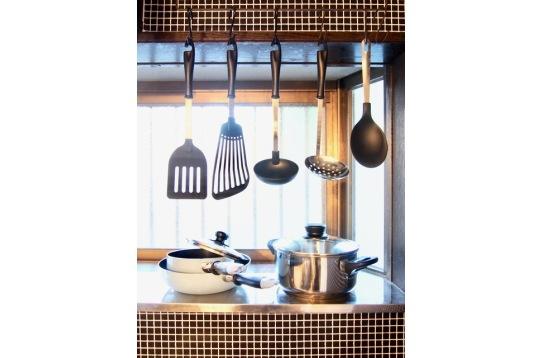 お料理好きな方に、調理器具も揃っています。