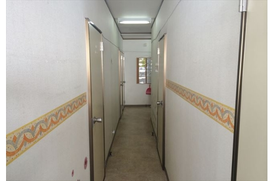 ●伸びた廊下に各個室があります。