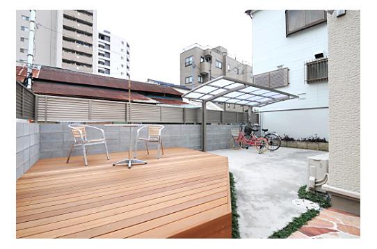 ウッドデッキに屋根付き駐輪場も完備。