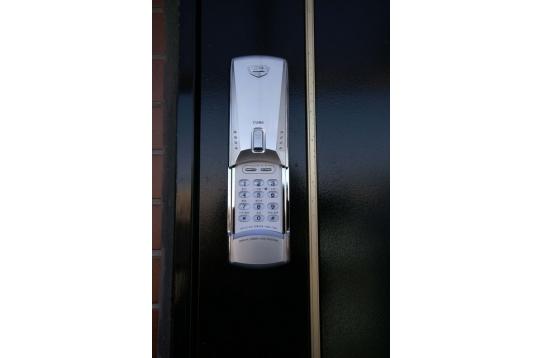 玄関は電子キーです。