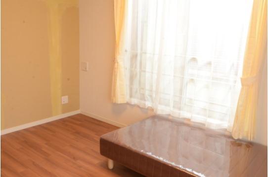 二階のお部屋。大きな窓が開放的です