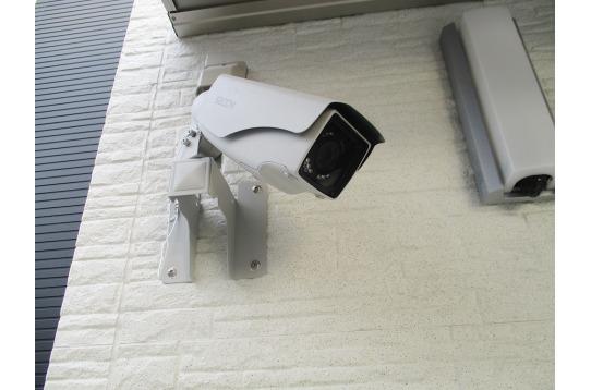 玄関には防犯カメラがついて二重に防犯