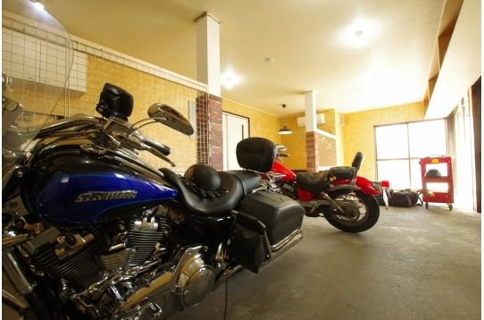 バイクも置ける室内ガレージ付き