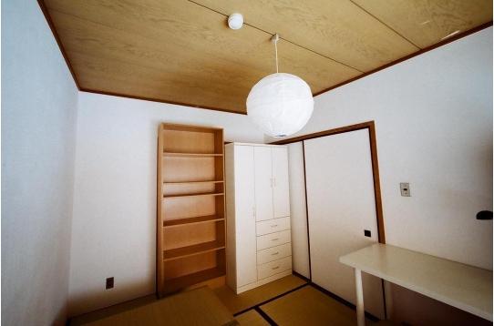 個室A:洋服ダンスと本棚