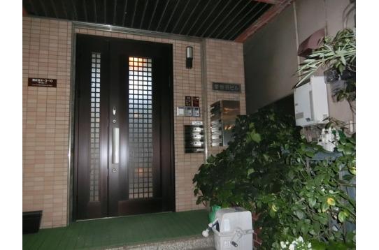 玄関はオートロック式でセキュリティ完備です。