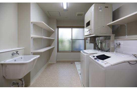 1階洗濯室(洗濯機×6、有料乾燥機×1設置)