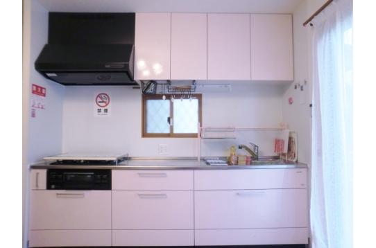 ピンク色の大型キッチンを完備
