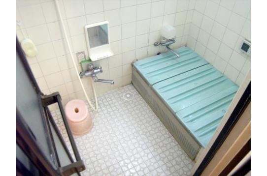 お風呂1ヵ所、シャワー1ヵ所、合計2ヶ所あります