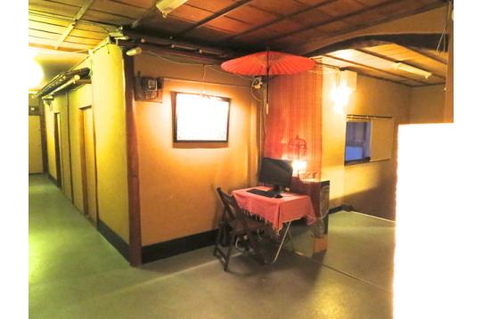 廊下にある共用のパソコン。傘がいいでしょ。