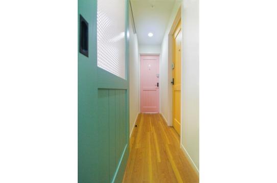 カラフルで明るいドアです。