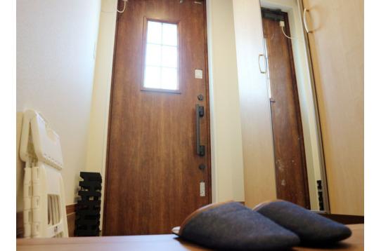 玄関も小さな窓がついてます♪