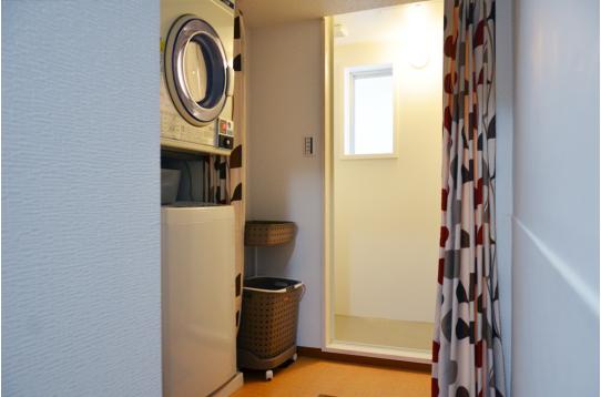 洗濯機、乾燥機、奥がシャワールームです。