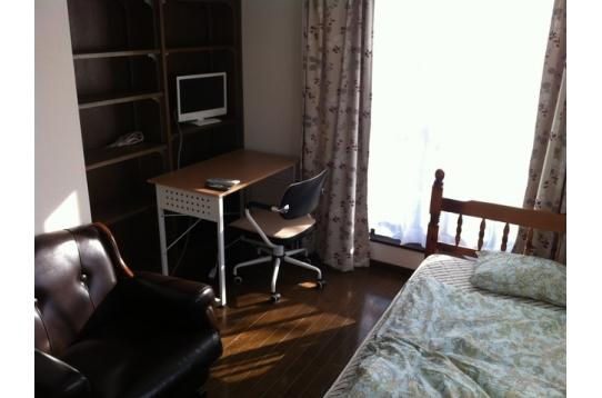 ソファー、テレビ、クローゼット付き。303号室