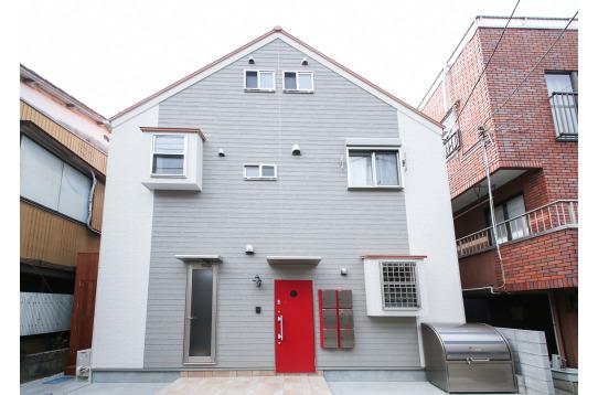 赤の玄関扉が目を引く、素敵な外観