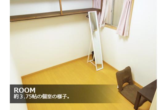 各室にはハンガーをかけられるポールと収納棚