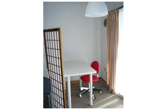 個室B:リビングにある陽当たり抜群の書斎コーナー