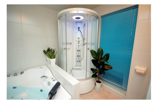 バスルームです。シャワーは2台ございます