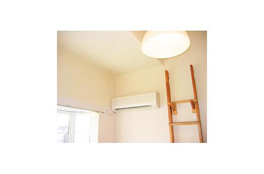エアコンとロフト寝室への階段