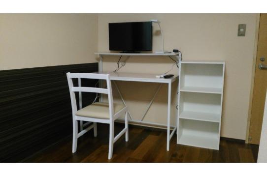 個室には、家具家電設置済み。その他収納家具あり