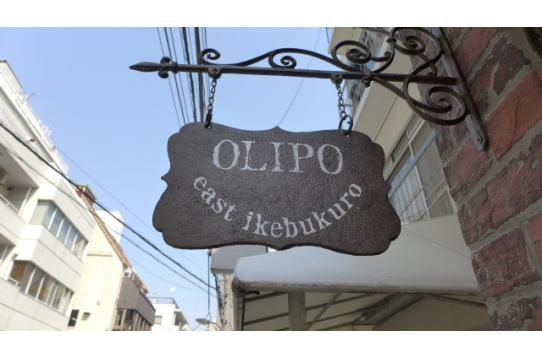OLIPOのロゴ看板