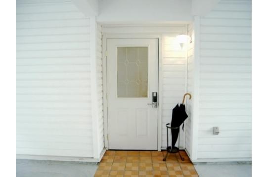 玄関前になります♪