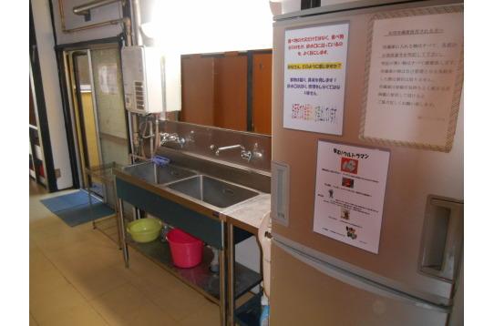 洗面スペース。共用の冷蔵庫もあります。