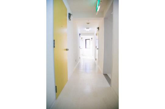 廊下の様子。突き当り右手にトイレがあります。