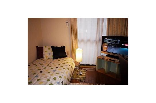 テレビとベッド