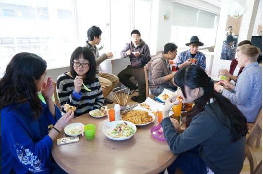 休日のランチ時はみんなで食事をシェア