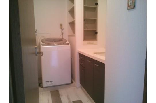 洗面所には乾燥機付き洗濯機(無料)