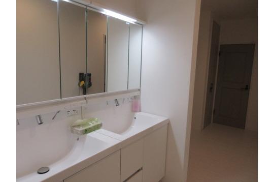大きな鏡の洗面台は便利ですね。