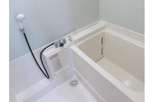 キレイなライトブルーな浴槽付きお風呂