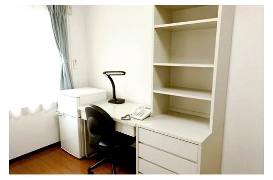 個室には各種家具を完備